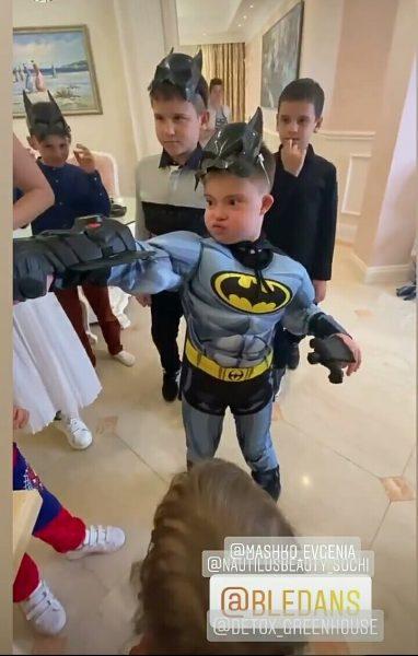 Сын Эвелины Блёданс в образе Бэтмена