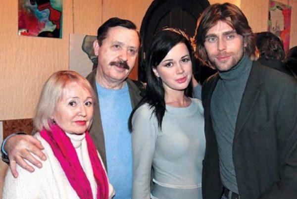 Анастасия Завоотнюк с мужем и родителями