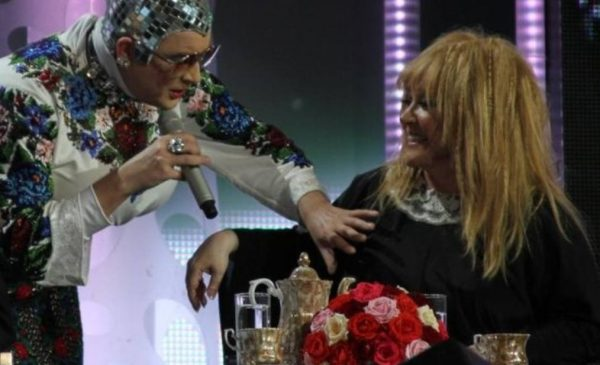 Сердючка на сцене лапает Пугачёву