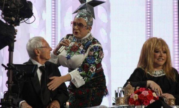 Сердючка на сцене лапает Пугачёву. Фото glamurchik.tochka.net