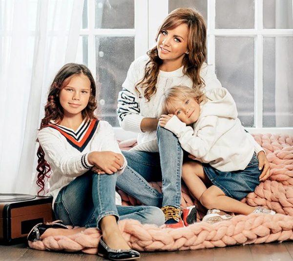 Певица Максим с дочками