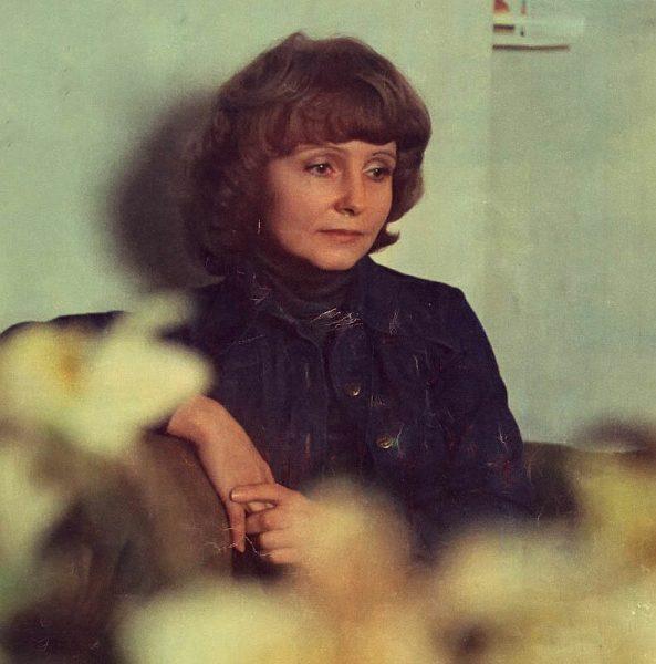 Людмила Крылова сидит и смотрит в пол