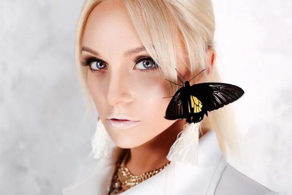Настя Крайнова с бабочкой