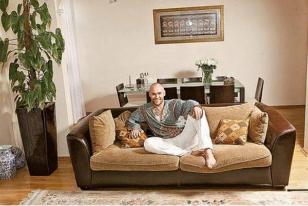Максим Аверин в гостиной. Фото Яндекс. Картинки