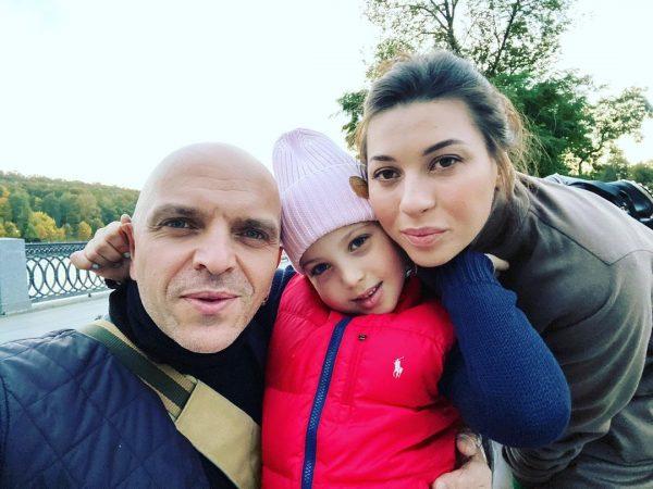 Александр Шоуа с женой и дочкой