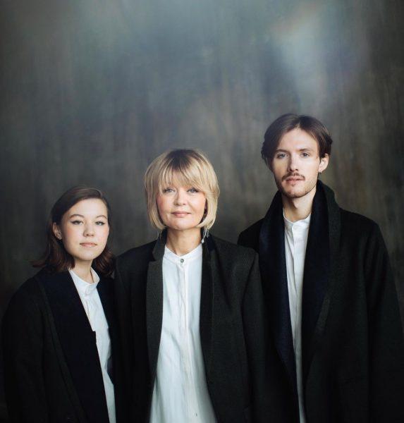 Юлия Меньшова с сыном и дочкой