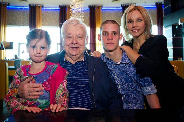 Олег Табаков и Марина Зудина с детьми