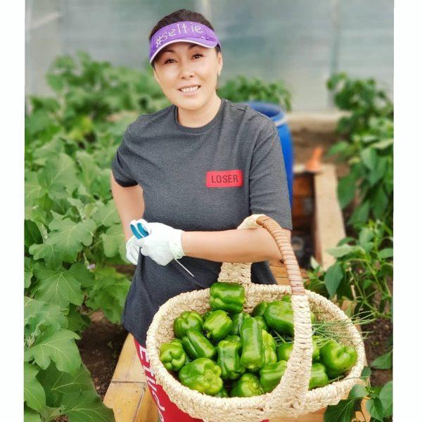 Анита Цой со своим урожаем