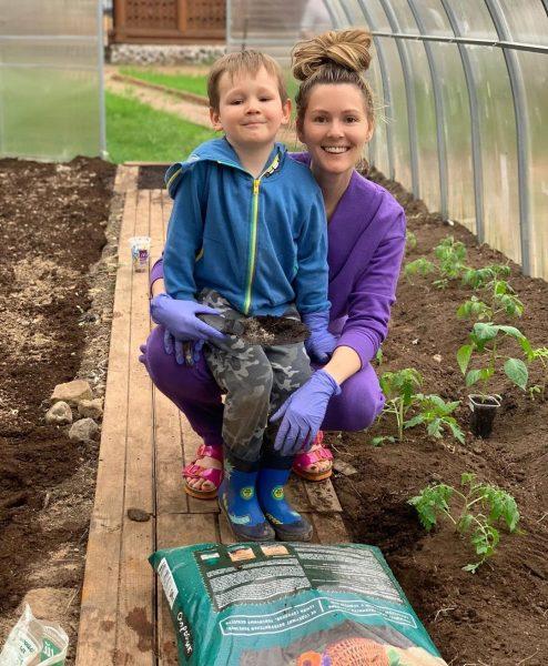 Мария Кожевникова с сыном на огороде