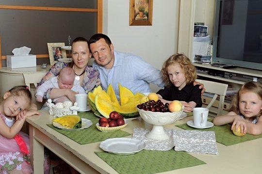 Владимир Соловьёв и Эльга Сэпп с детьми