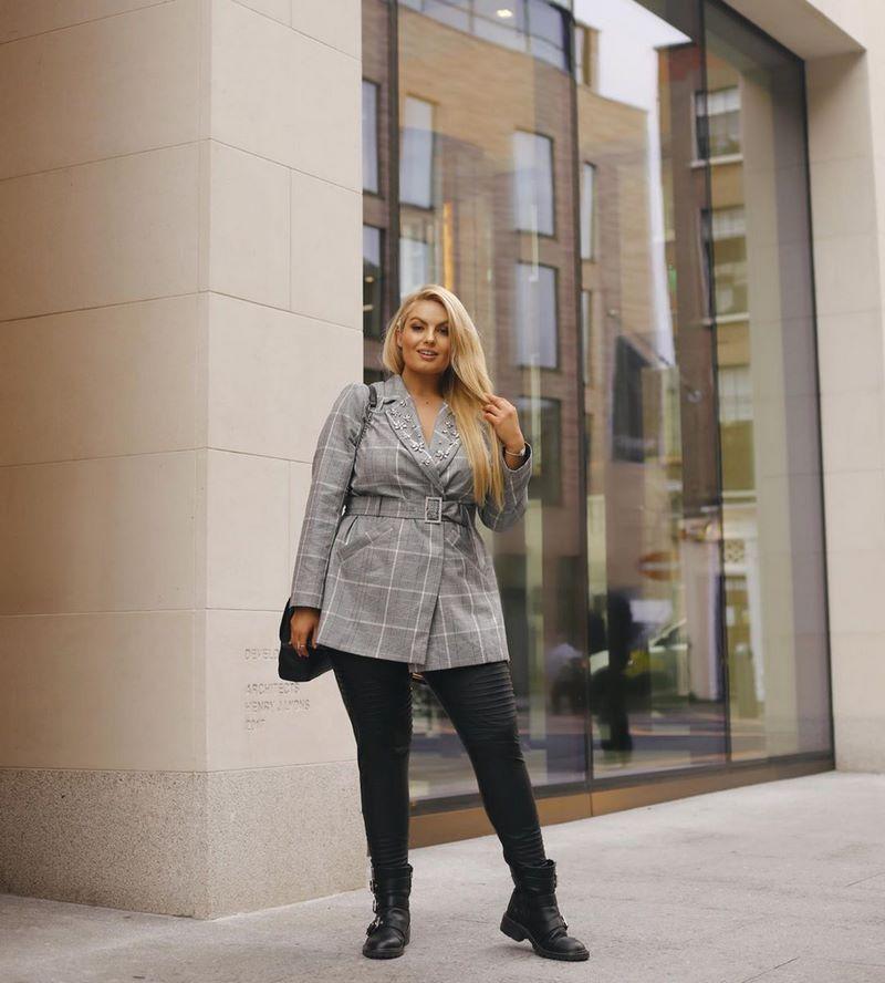 Как правильно одеваться женщине за 50 и выглядеть модно полным в 2021-2022: фото стильных образов