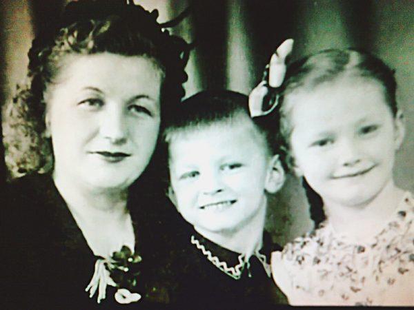 Алла Пугачева с мамой и братом