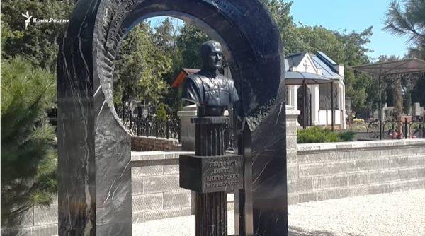 Памятник Витору Януковичу-младшему. Фото ru.krymr.com
