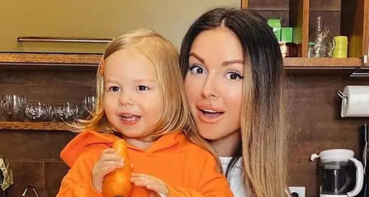 Певица Нюша с дочкой