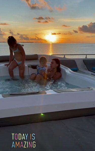 Оксана Самойлова с детьми купается в бассейне на яхте