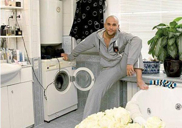 Максим Аверин в своей ванной. Фото Яндекс. Картинки