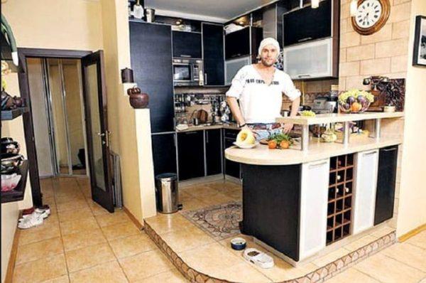 Уютная берлога холостяка: Максим Аверин показал свою квартиру и сожителей