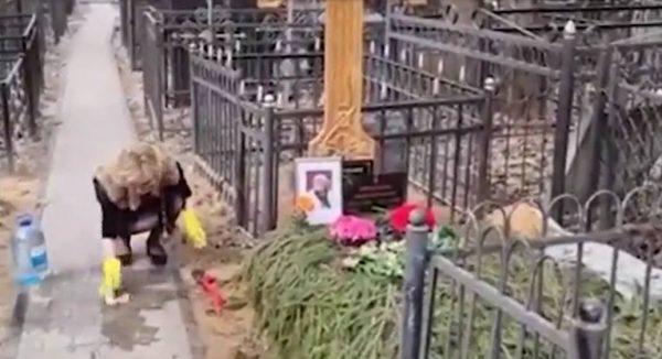 Цымбалюк-Романовская убирает могилу Джигарханяна