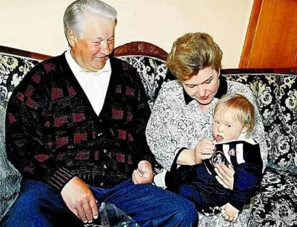 Борис и Наина Ельцины с внуком