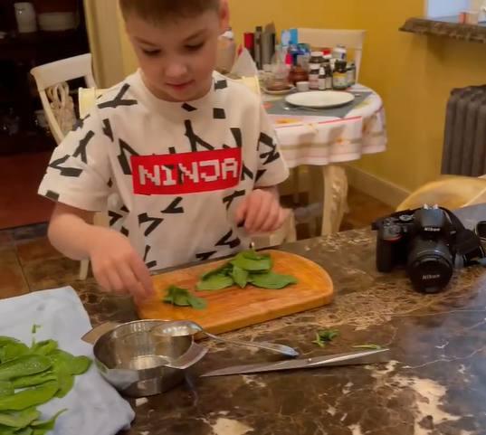 Гарри готовит листочки шпината. Скрин с видео