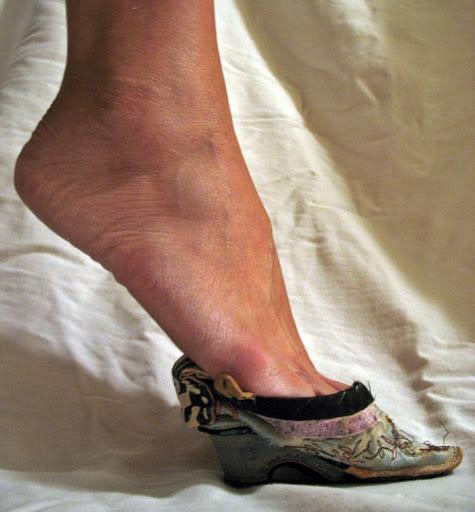 Нормальная нога и туфелька-лотос. Фото Яндекс. Картинки
