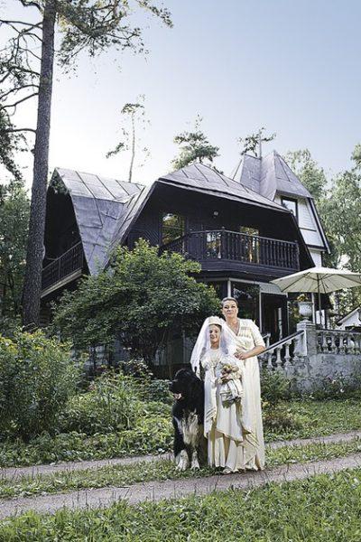 Анастасия Мельникова на даче