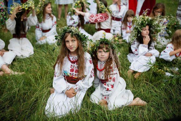 ДЕвочки на траве в вышиванках и с венками на голове