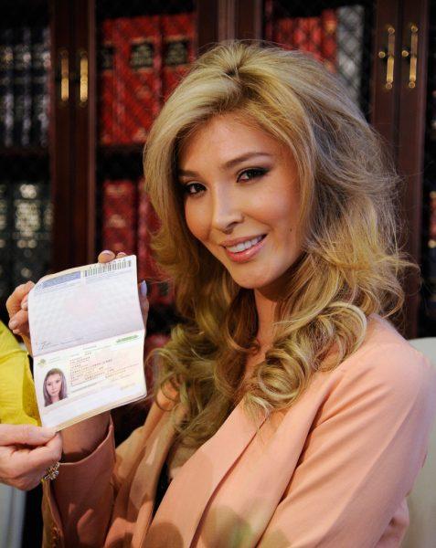 Транссексуал Дженна Талакова с паспортом