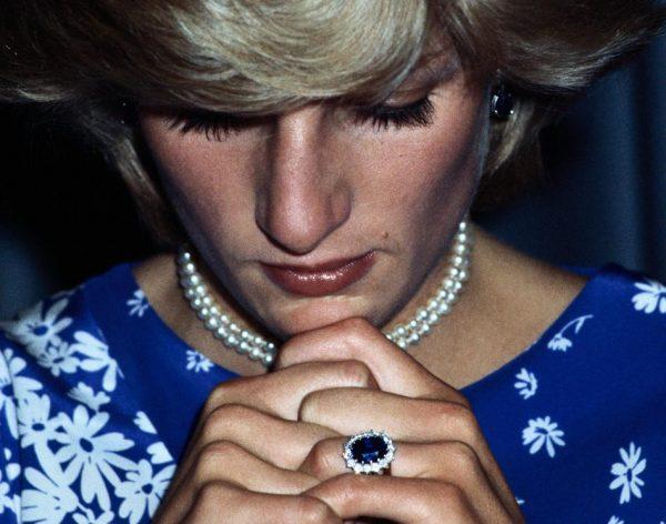 Принцесса Диана молится