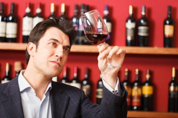 Человек с бокалов вина