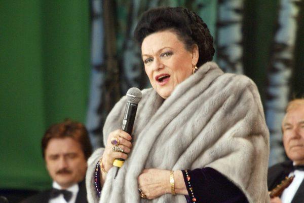 Людмила Зыкина у микрофона