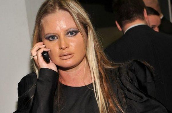Дана Борисова говорит по телефону
