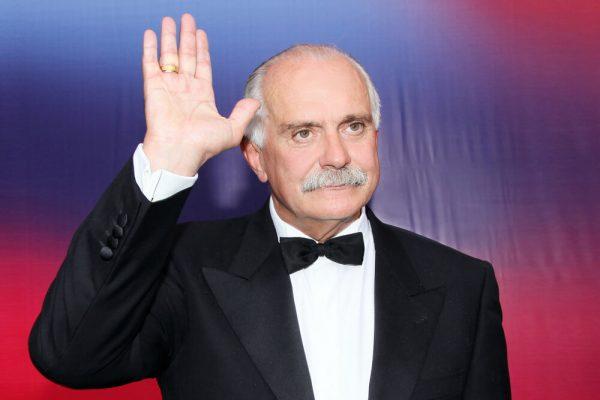 Никита Михалков машет рукой