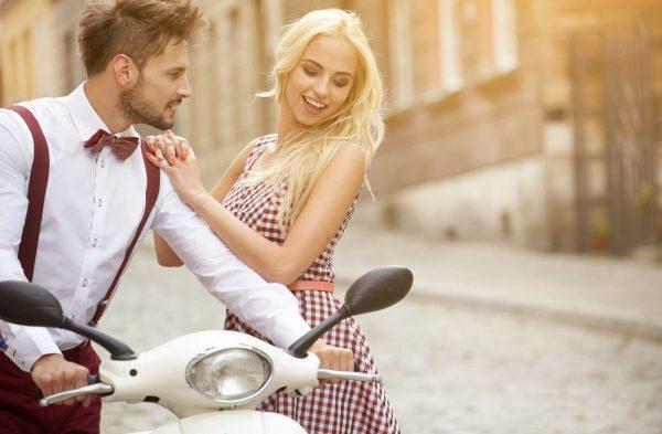 Мужчина и женщина кокетничают
