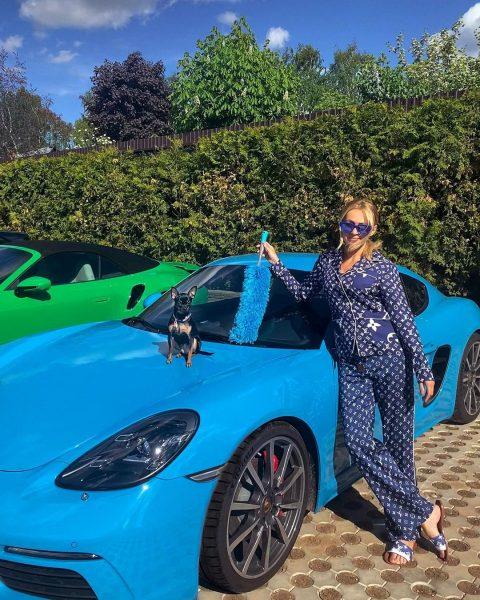 Рудковская рядом со своей машиной