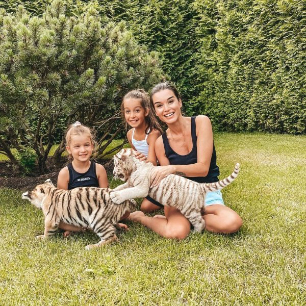Ксения Бородина с дочурками и соседкими зверушками