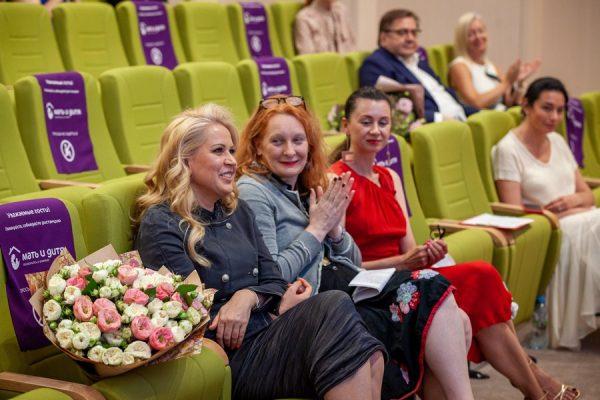 Пошли бы смотреть картины Той Самой Васильевой? В роддоме презентовали выставку эротических фантазий экс-чиновницы