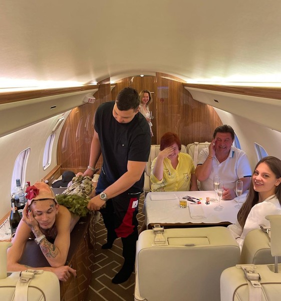 Интересная трапеза: Моргенштерн разделся перед родителями Дилары на борту частного самолета