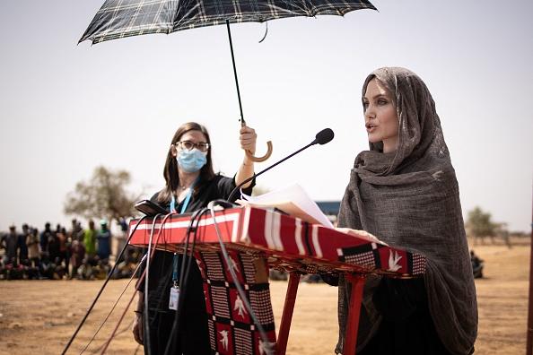 Анджелина Джоли в лагере беженцев в Западной Африке