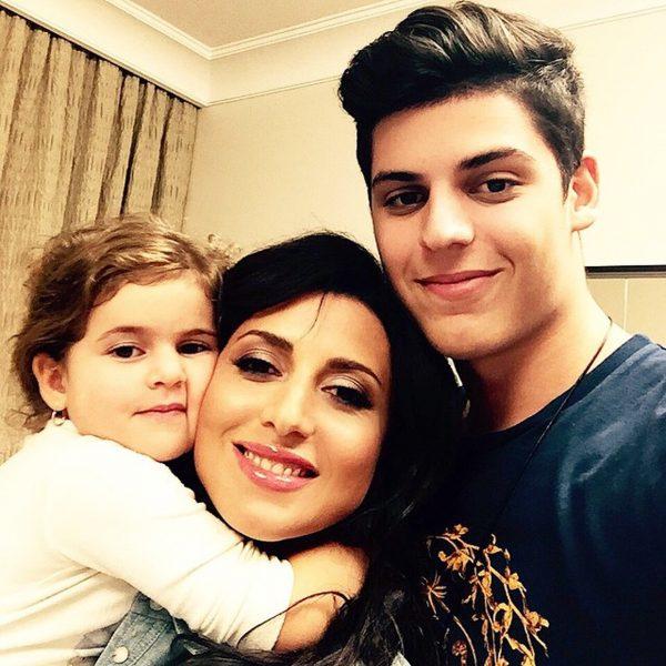Жасмин с сыном и дочерью