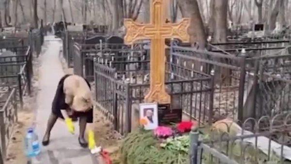 Виталина Цымбалюк-Романовская убирается на могиле Джигарханяна