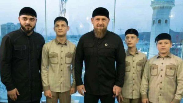 Глава Чечни Рамзан Кадыров (в центре), а также слева направо - Хамзат Кадыров, Ахмад (Ахмат) Кадыров, Эли (Али, Зелимхан) Кадыров и Адам Кадыров. Фото rus.azattyk.org