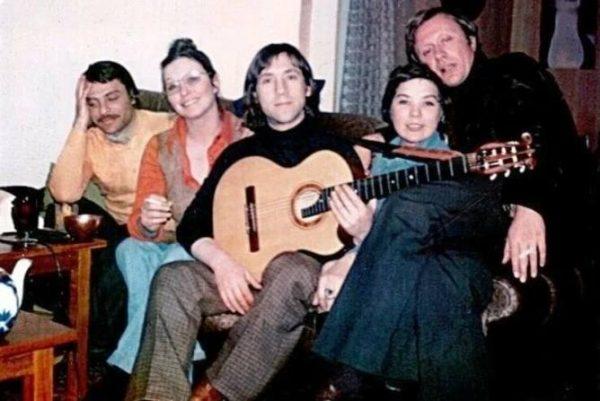 Слева направо: Кирилл Ласкари, Марина Влади, Владимир Высоцкий, Лариса Голубкина, Андрей Миронов. Фото из открытого доступа