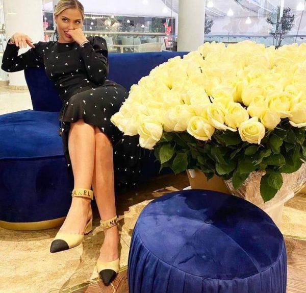 Аида Гаджиева с розами. Фото Инстаграм