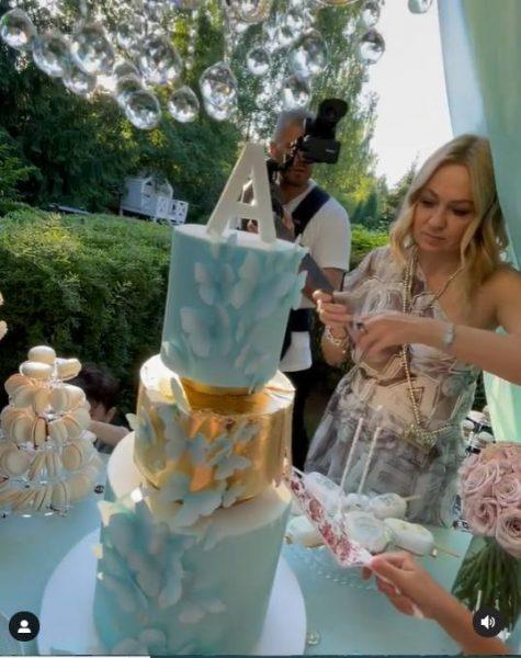 Танцы до упаду, роскошный торт и жираф: Яна Рудковская и Евгений Плющенко окрестили 8-месячного Арсения