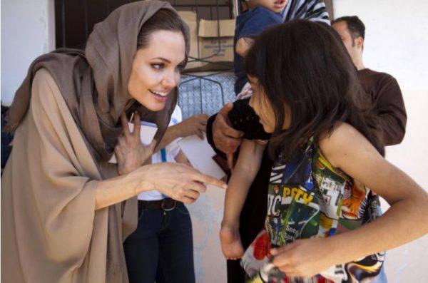 Анджелина Джоли в благотворительной миссией. Фото The Mirror