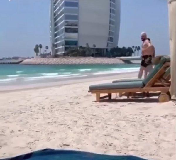 Очевидцы сняли Киркорова, идущего рядом с мускулистым красавцем на пляже