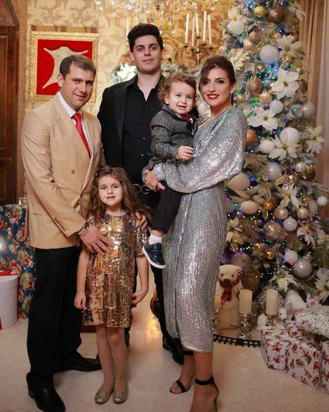 Жасмин с мужем и детьми
