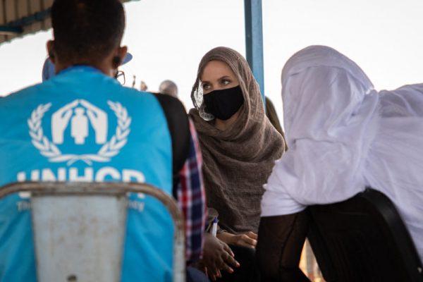 Африканская орхидея: Анджелина Джоли выглядит похорошевшей на встрече с беженцами в Буркина-Фасо