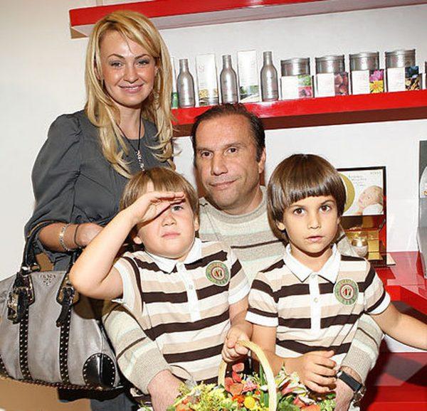 Яна Рудковская и Виктор Батурин с детьми, фото:monavista.ru